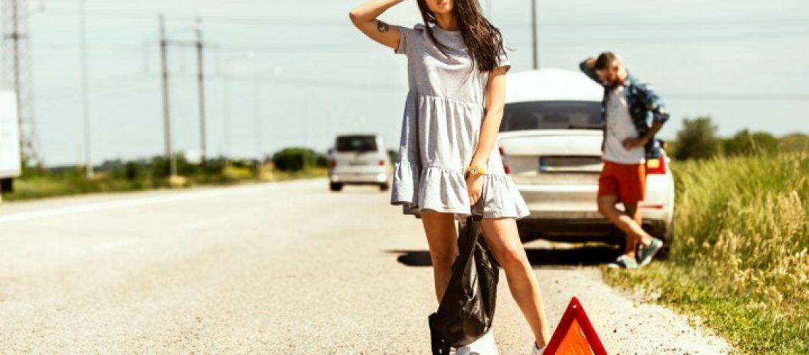 Casal jovem sem seguro viagem com o carro quebrado